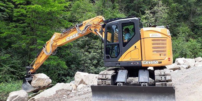 L escavatore case cx145d sr al lavoro a bolzano for Case modulari molto compatte